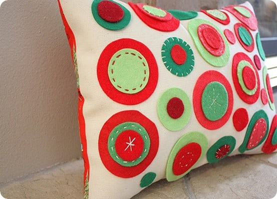 DIY Christmas Decorations ~ This felt circle pillow is made using felt and Elmer's glue. No sewing skills required!