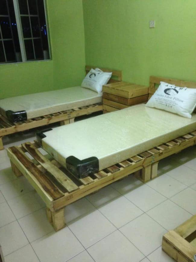 10 simple diy projects to make out of those extra pallets for Pallet bed frame instructions