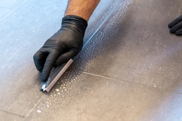 cleaning-bathroom-grout