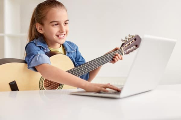 girl-learning-music