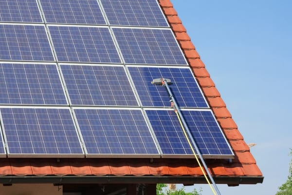 cleaning-solar-panels-roof