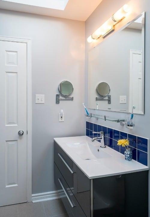 mirror-small-bathroom