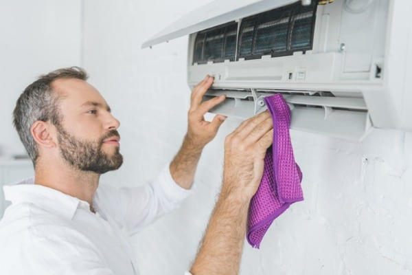 cleaning-air-conditioner-with-rag
